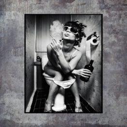 femme fumant sur des toilettes